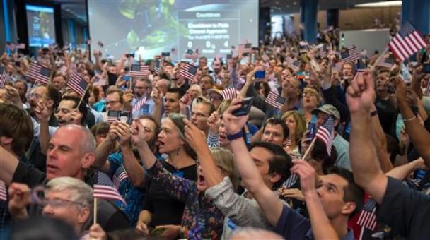 众人挥舞国旗庆祝