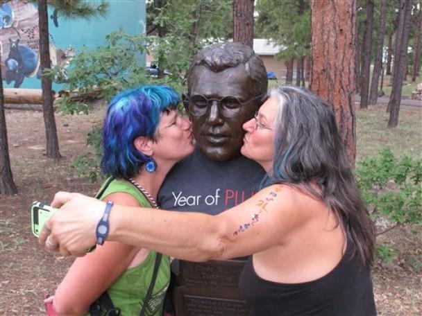 妇人亲吻汤博塑像