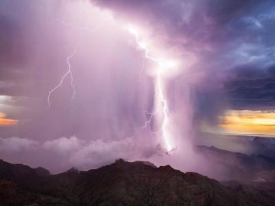 美国摄像师在科罗拉多大峡谷拍摄的风暴来临前乌云聚集壮美图片