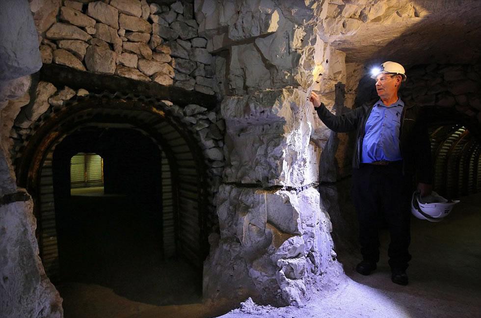 图中是韦斯,他是数百名帮助修复地下通道的志愿者之一。