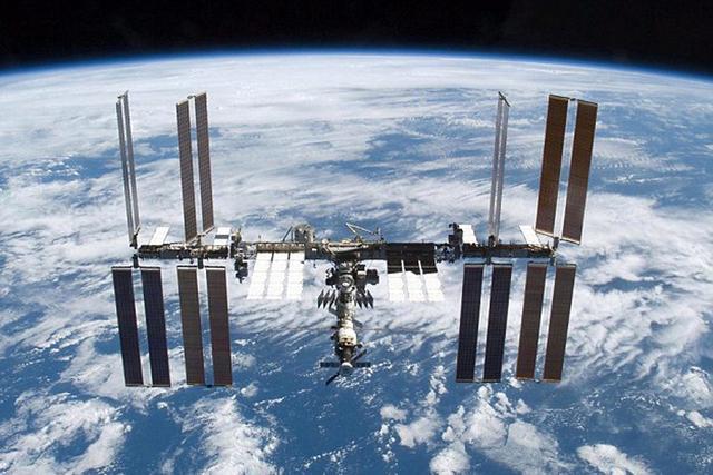 在美国宇航局的声明中提到,空间站由于太空碎片的缘故而暂停活动,待一切正常后宇航员才离开逃生舱进入空间站