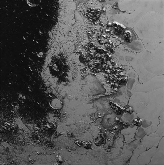 """新视野号新发现的位于冥王星""""心形""""地区西南部的一组群山"""