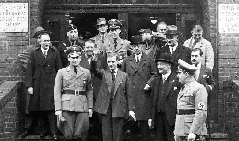 爱德华八世(前中)疑做纳粹敬礼动作。