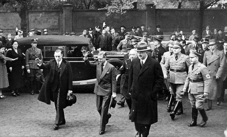爱德华八世在大批纳粹军官簇拥下做出敬礼动作。