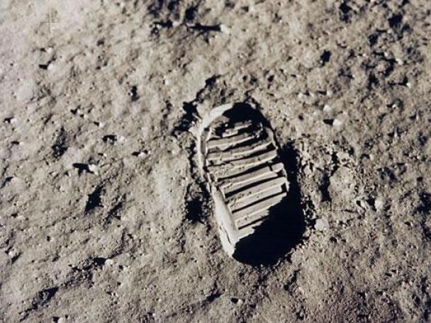 脚印照片可见月球上的尘土像是爽身粉