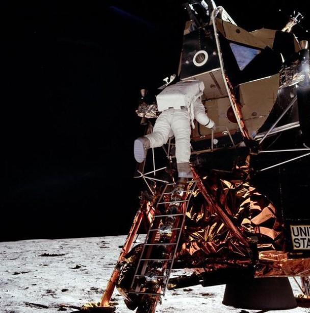 奥尔德林小心翼翼从太空舱下阶梯,以免出来时把舱门锁上。