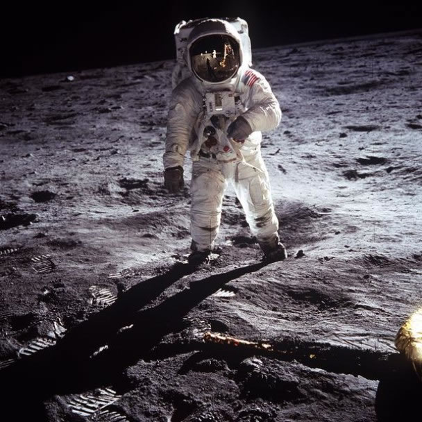 奥尔德林的太空头盔面罩上,可见到阿姆斯特朗的倒影。