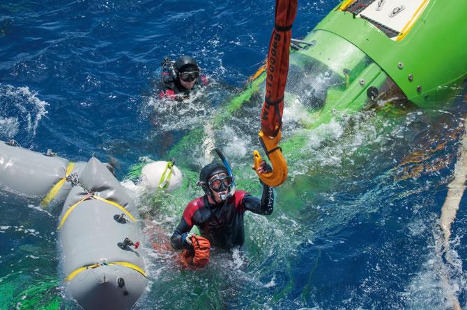 """2012年3月26日,成功潜入马里亚纳海沟之后,""""深海挑战者号""""在水面载浮载沉,占士金马伦就在里面。"""