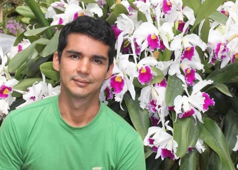 拍到drosera magnifica并上载fb的瓦斯康塞路斯是业馀植物学家。