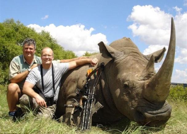帕尔默热爱狩猎(右),曾猎杀犀牛。