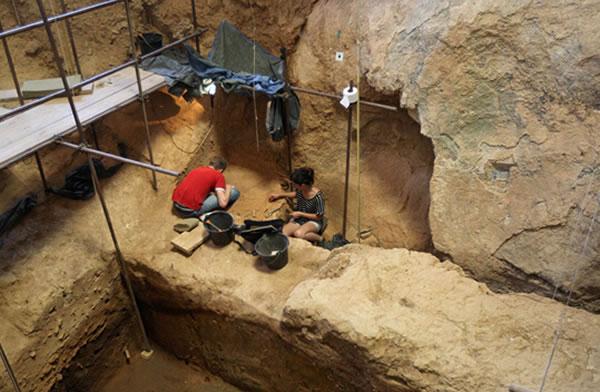考古学家在托塔维尔村庄附近的阿拉戈山洞中开展考古工作