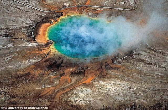 """这是黄石公园的大棱镜温泉,专家指出,黄石公园地下火山每年喷发概率仅为70万分之一,如果一旦喷发,它将使美国陷入""""核冬天""""。"""