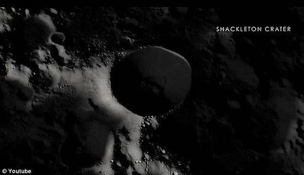选择用于实验室的沙克尔顿陨石坑(照片显示)和一个足球场差不多大,坐落在一个比华盛顿大两倍的山谷中。沙克尔顿陨石坑周边环绕着1.4万英尺的山峰,这使它里面又黑又冷