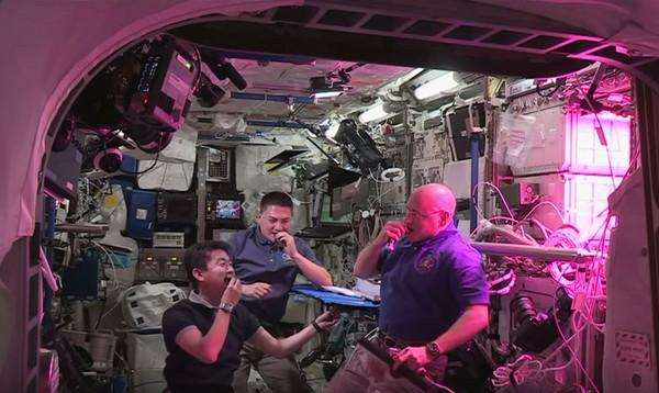 国际太空站宇航员首度品尝到在太空种植的蔬菜