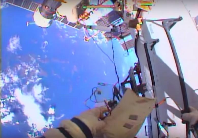 太空人在太空站外作业