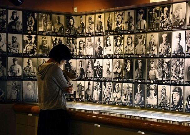 有博物馆展出神风特攻队队员的遗照