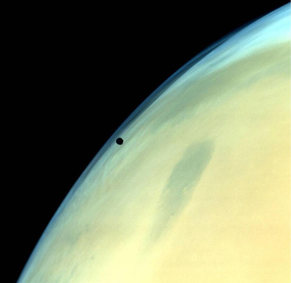 在火星附近运行的火卫一照片