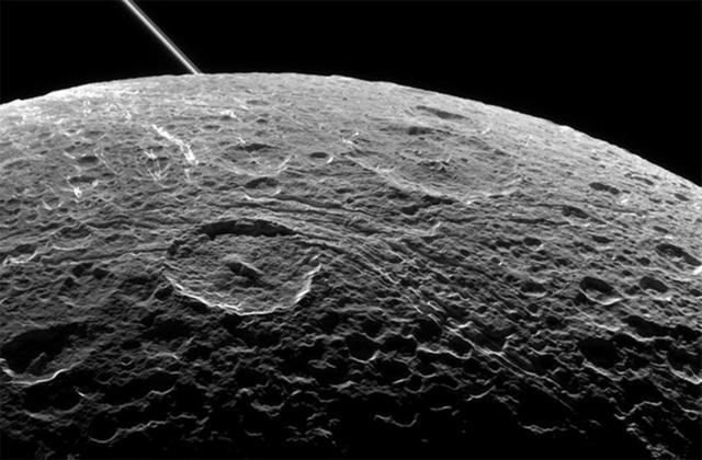 如图所示,2015年6月16日卡西尼探测器近距离掠过土卫四时拍摄的照片,左上角是土星环结构。