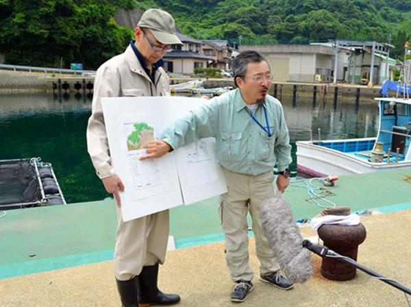 日本琉球大学教授池田荣史(右)说明调查情况