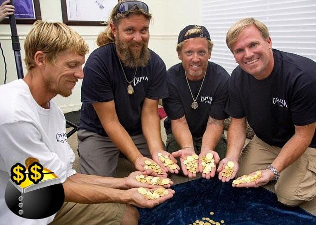 布里斯本(右)与队友展示发现的金币。