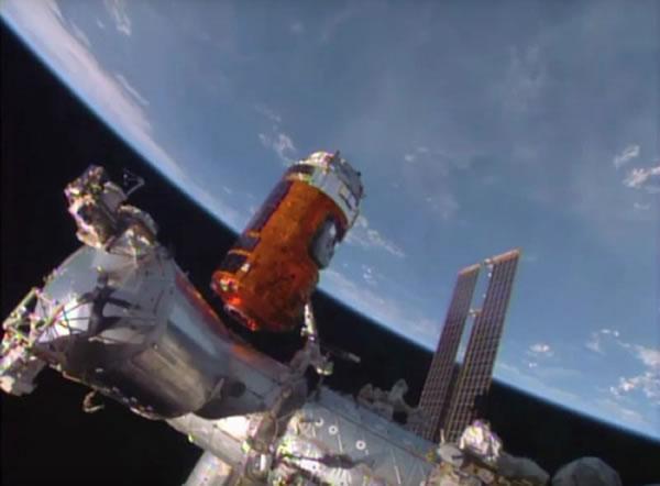 """日本无人货运飞船""""鹳""""5号机完成与国际空间站对接"""