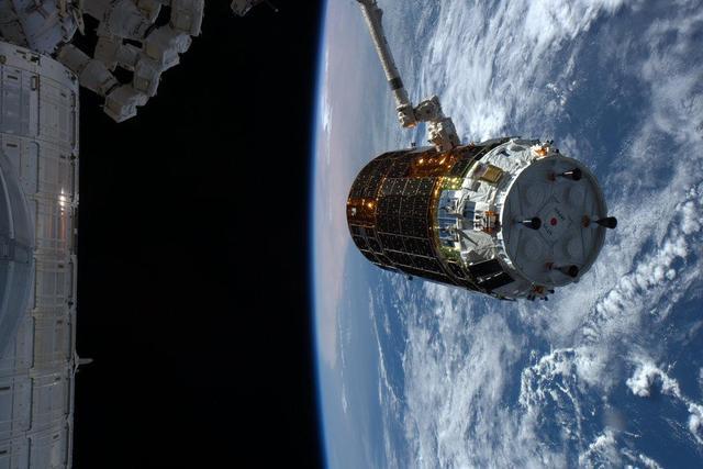 国际空间站附近,被机械臂成功捕获的HTV-5货运飞船