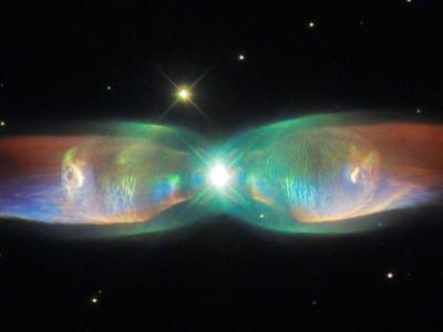 哈勃太空望远镜拍摄的Twin Jet(PN M2-9)星云像蝴蝶展开翅膀