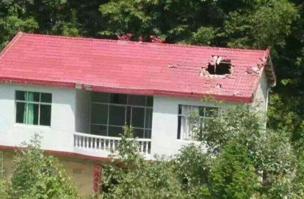 被火箭发射助推器残骸砸中的民房,房顶出现一个大洞