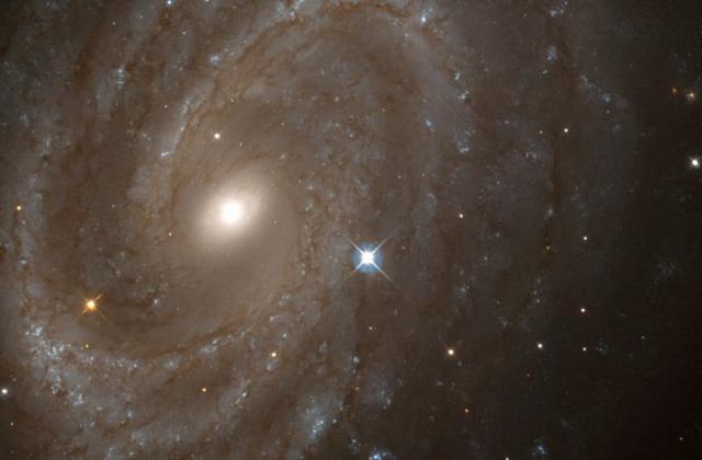 如图所示,这是哈勃望远镜观测的螺旋星系NGC 4603,目前,科学家最新研究表明,过去几十亿年里宇宙星系出现了显著变形过程。