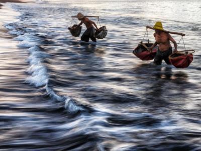印尼群岛东侧逐渐减少的盐工
