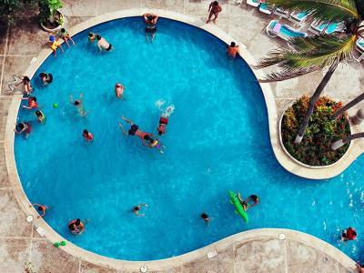 墨西哥阿卡普科某家饭店的房客在泳池休憩的情景