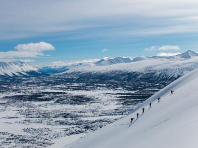 在阿拉斯加的偏远地带进行冬季探险