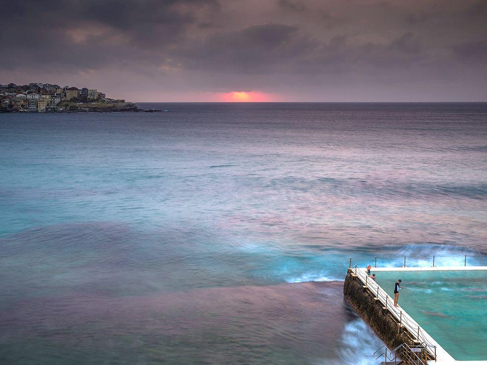 澳洲悉尼邦迪海滩的日出晨泳
