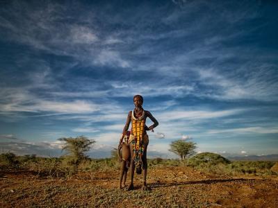埃塞俄比亚奥莫低谷一名哈麦尔族妇女和她的儿子
