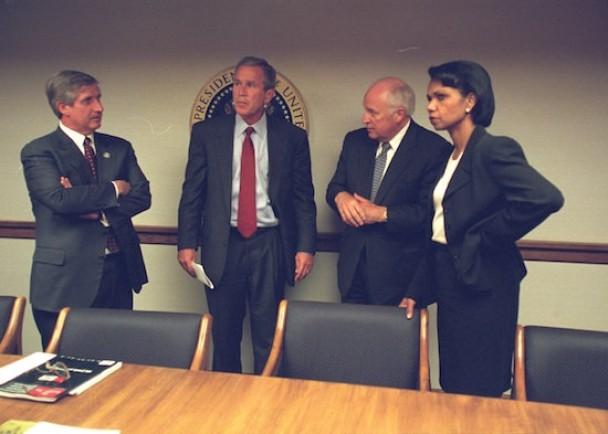 美国前总统乔治?布殊(左二)在911后,与内阁官员商讨对策。