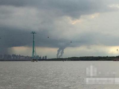 黑龙江哈尔滨市内的松花江出现疑似双水龙卷