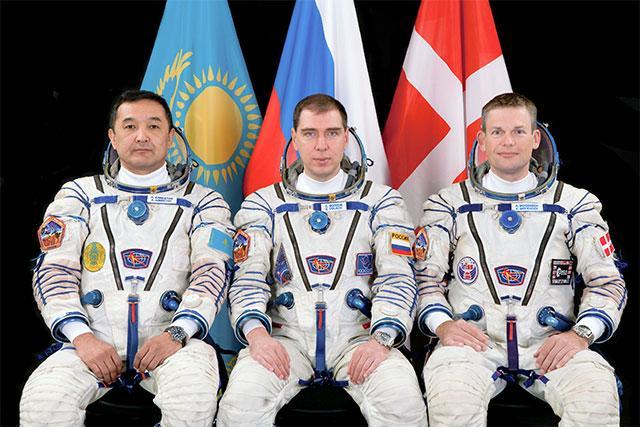 来自哈俄丹三国的宇航员在出发前合影