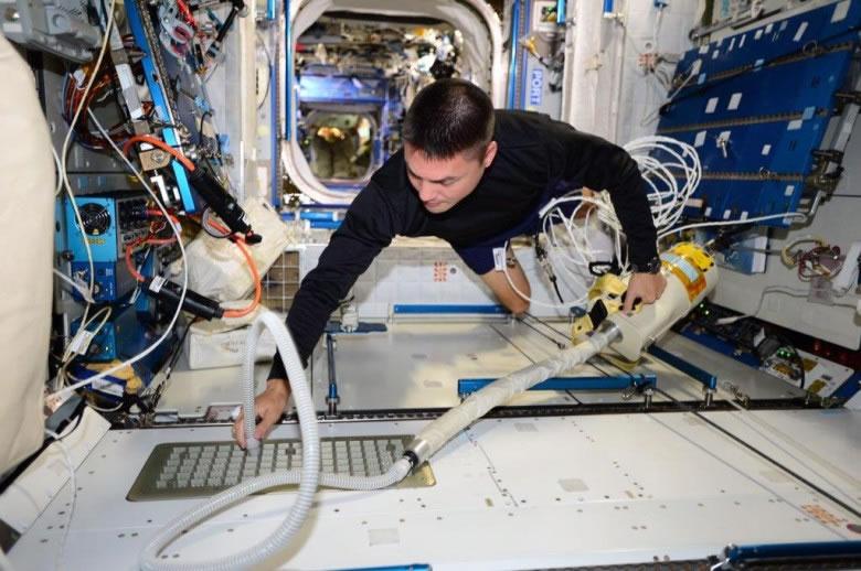 林格伦日前在ISS上清洁