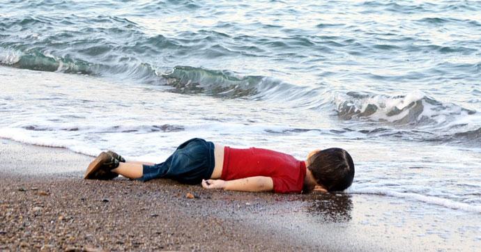小男孩伏尸沙滩,见者心痛。