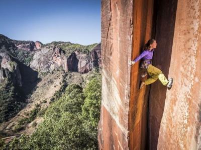 瑞士女教师在中国云南黎明景区徒手攀岩 如同飞檐走壁