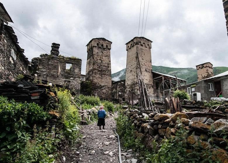部分建筑物已残缺破损