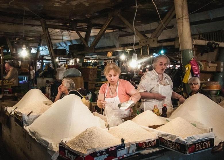 该处有巿场向村民提供饭和面粉
