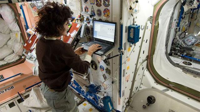 空间站的宇航员在使用笔记本访问互联网,相比较笔记本电脑,他们现在更青睐方便的平板电脑