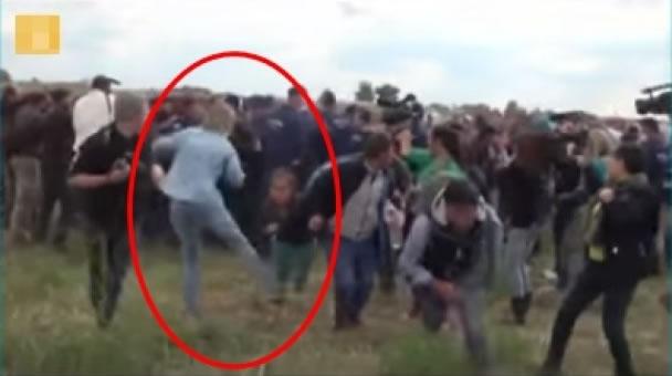 另有画面可见,拉兹洛(红圈)往后起飞脚踢中一名小孩。