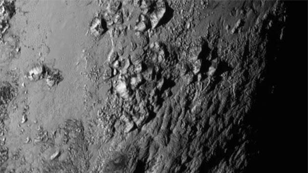 新视野号传回的最新图像展示冥王星表面前所未有的地表覆盖率与地形复杂性