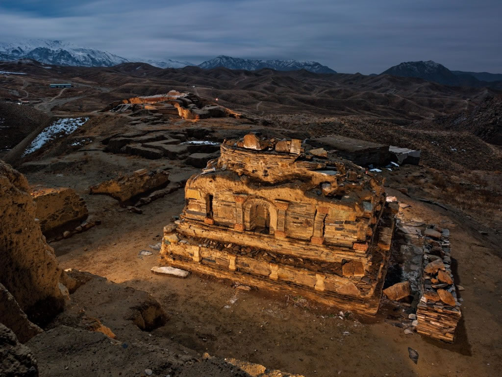 角度的错觉,让阿富汗艾娜克遗址一座2.4公尺高的石龛看起来比实际大了许多。考古学家至今只发掘出这处范围广大的佛教建筑群的一小部分,这片建筑群的历史可追溯至公元3