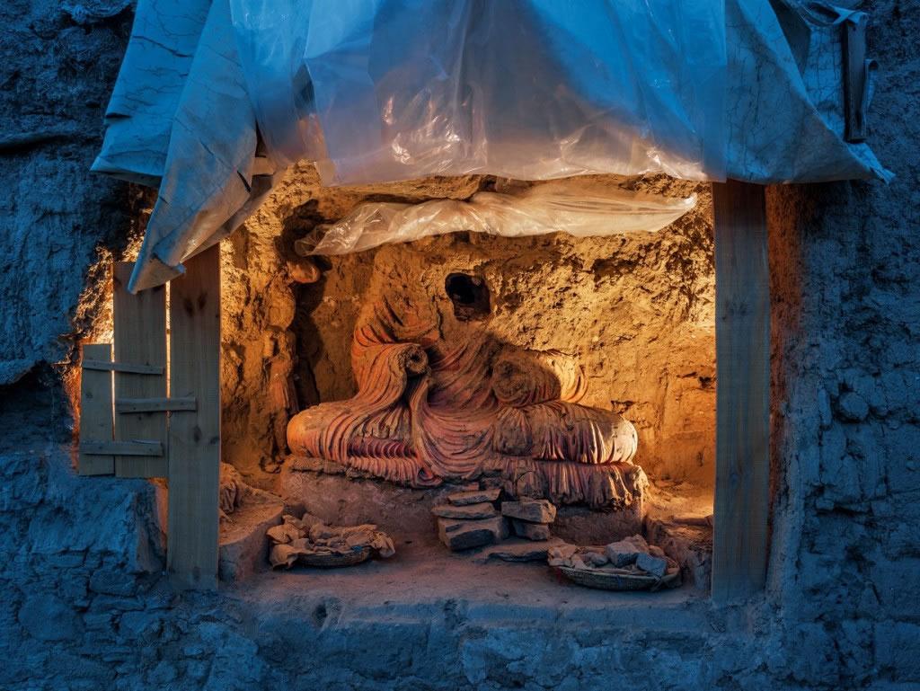 盗掘者为了寻找珍宝而毁了这尊比真人尺寸还大的佛像。 「考古工作是保护这个遗址的唯一办法,」2014年以前负责监督发掘工作的菲利浦.马荷基说。 Photograp