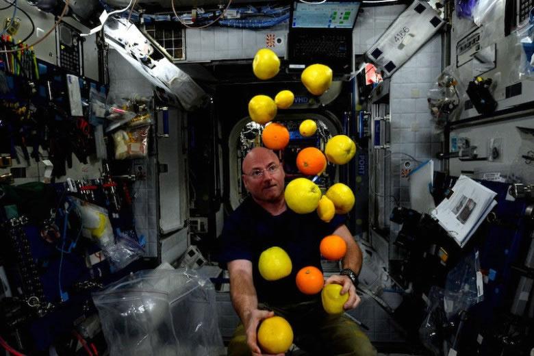 斯科特(图)会在太空生活一年。