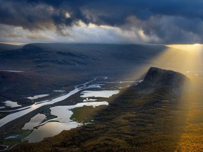 笼罩拉帕山谷秋季暴风雨带来的戏剧性变化
