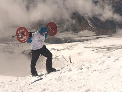 俄罗斯举重运动员扛75公斤重杠铃成功徒步登上海拔5642米欧洲最高峰厄尔布鲁士山